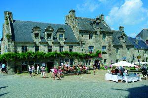 Place Saint Ronan de Locronan pendant une foire aux antiquités
