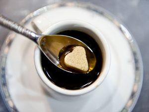 un café en terrasse à Quimper